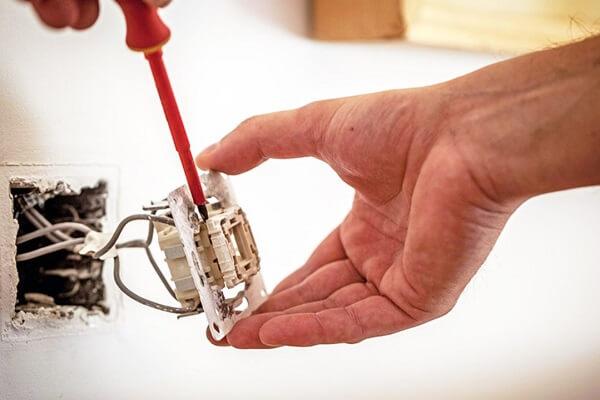 arreglando enchufe por fallo electrico