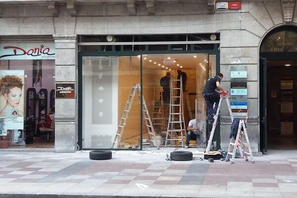 Reformistas preparando un local comercial para su próxima apertura en Barcelona centro.
